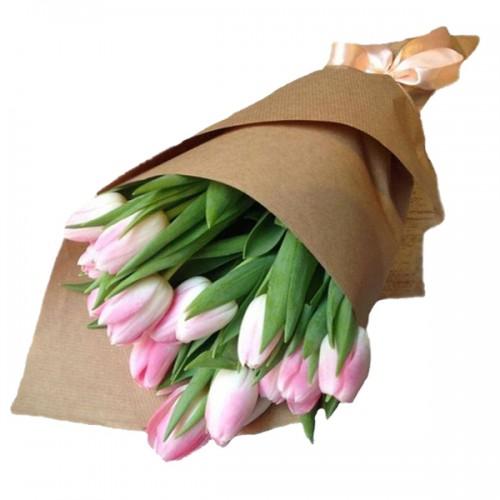 Букет из тюльпанов в крафт бумаге