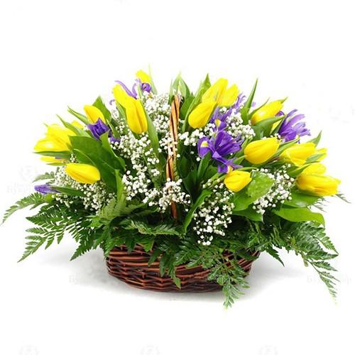 Корзина из тюльпанов с ирисами и зеленью
