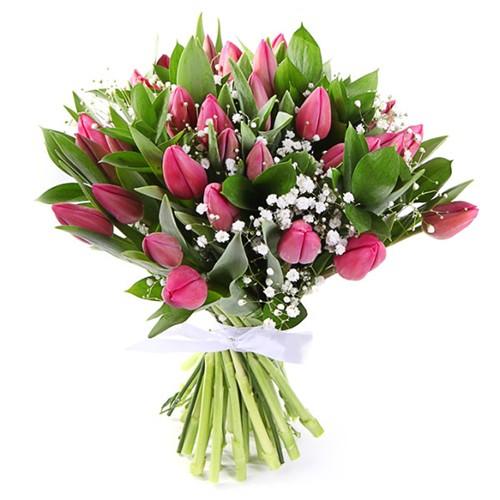 Букет из тюльпанов с гипсофилой и зеленью 25 штук